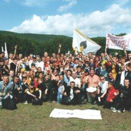 """Болельшики \""""Нефтяника\"""" празднуют победу своей команды в финале Кубка области 2002 года."""