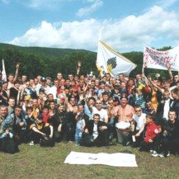 """Болельшики \""""Нефтяника\"""" празднуют победу своей команды в финале Кубка области 2002 года"""