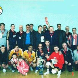 Участники турнира по волейболу, посвященного Дню Победы. 8 мая 2004г.