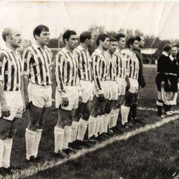 """Команда мастеров \""""Сахалин\"""" перед первым матчем сезона 1970г. на стадионе \""""Космос\"""""""