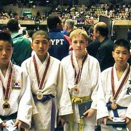 Призеры 15-го Токийского Международного юношеского чемпионата по дзюдо в весовой категории до 42 кг. Третий слева Игорь Кардаш (Россия, Южно-Сахалинск)