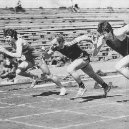 На переднем плане Владимир Ващенко - мастер спорта, рекордсмен области в беге на 200 и 400 метров