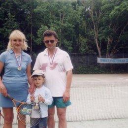 Победители первого теннисного турнира среди любителей (семейные пары). 12.06.2005.