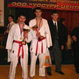 Победители соревнований по кумитэ среди мужчин в категориях до 70 кг. и свыше 70 кг. Александр Рим и Антон Олешко (г.Южно-Сахалинск)
