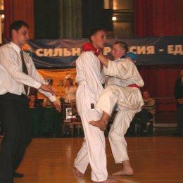 Финальный бой победителя соревнований по кумитэ среди юношей 14-15 в категории свыше 55 кг. Александра Цыганкова (г.Холмск)