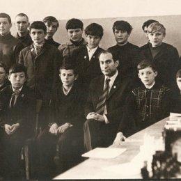 40 лет назад на Сахалине побывал экс-чемпион мира по шахматам Михаил Таль. Последний романтик шахмат, как образно называли Михаила Нехемьевича, провел сеансы одновременной игры в Охе, Холмске, Южно-Сахалинске и других городах области. На память о его приезде остались записи сыгранных партий и эта фотография. Она сделана в Холмске.