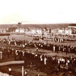 В довоенный период открытие спортивных соревнований в Александровске-Сахалинском превращалось в красочное шоу. Чудом сохранившиеся фотографии начала 1930-х годов свидетельствует, что с креативом у наших земляков все было в порядке. Участников приветствует пилот аэроплана.