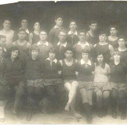 Одни из первых физкультурников Охи. Фото сделано 30 октября 1931 года.