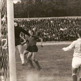 "1970 год. ""Сахалин"" осадил ворота соперника (№ 11 - Игорь Бондаренко)."