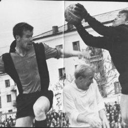 """""""Сахалин"""" - """"Гранит"""" (Тетюхе), 1969 год. В темной форме Игорь Бондаренко."""