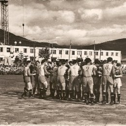 В 1960 году южно-сахалинский «Локомотив» выиграл у хабаровской «Зари». Это был полуфинальный матч Кубка Дальнего Востока по футболу. За игрой наблюдали не только болельщики на стадионе «ДОСА», но и рабочие на стройке дома по ул. Комсомольской.