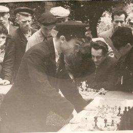 Сеанс одновременной игры проводит один из сильнейших шахматистов Сахалинской области 1960-х годов Юрий Трифонов.