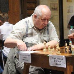 Международный мастер Александр Семенюк (Хабаровск) еще не знает, что проиграет партию Дмитрию Егорову (Якутск).