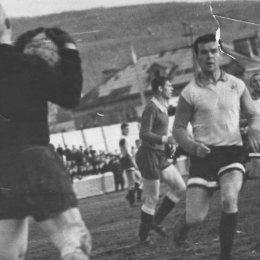 Алексей Хомич в этот раз поймал мяч. Но в следующем моменте Игорь Бондаренко (на переднем плане) сумел переиграть прославленного голкипера. 1968 год.