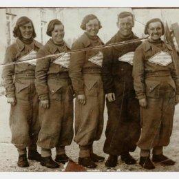 Участницы лыжного перехода (1400 км!!!) Александровск - Хабаровск, 1937 год.