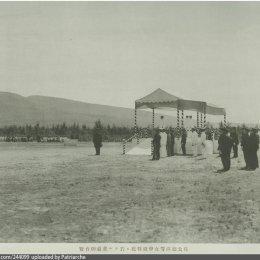 Его Высочество Хирохито присутствует на конных состязаниях на ипподроме Тойохара