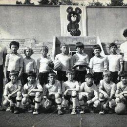 """Детская команда Невельска на турнире """"Кожаный мяч"""" в Благовещенске, 1980 год."""