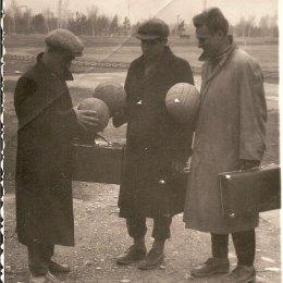 Сахалинские футболисты второй половины 1950-х годов на стадионе в городском парке.