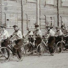 Участники первого велопробега в истории охинского спорта. Маршрут:  Оха – Москальво – Некрасовка – Москальво – Оха. Сентябрь, 1938 года. Велопробег был посвящен 20-летию сахалинского комсомола.
