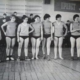 Женская сборная команда Поронайска, завоевавшая золотые медали чемпионата области 1966 года.