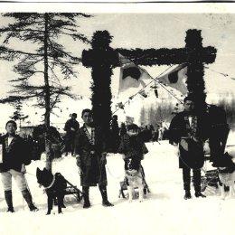 Участники соревнований в гонках на собачьих упряжках. Оодомари (Корсаков), начало 1930-х годов.