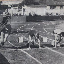 Легкоатлетические соревнования на стадионе «ДОСА» в Южно-Сахалинске, 1960-е годы. Сейчас судья на заднем плане как даст молоточком о металлический лист, и женщины рванут со старта.