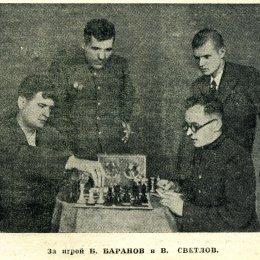За игрой одни из сильнейших шахматистов области конца 1940-х - начала 1950-х годов Б. Баранов и В. Светлов