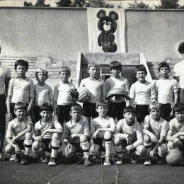 """Детская команда из Невельска на турнире на призы клуба """"Кожаный мяч"""" в Благовещенске, 1980 год."""