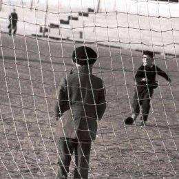 """Суровый вратарь в теплом пальто. Стадион """"ДОСА"""" (Южно-Сахалинск), 1960-е годы."""