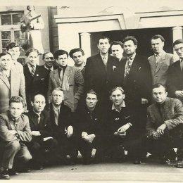 Руководители районных и городских комитетов физкультуры и спорта на конференции в Южно-Сахалинске (на фоне бывшего здания ДОСА), середина 1950-х годов