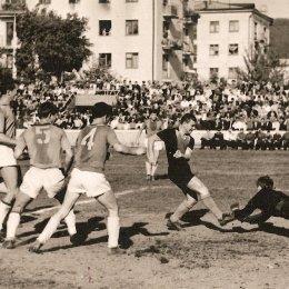 Футбольный матч 1968 года. Стадион «ДОСА» (Южно-Сахалинск). Переполнены не только трибуны, но и окна, из которых болельщики наблюдают за игрой. Сейчас о такой посещаемости можно только мечтать.