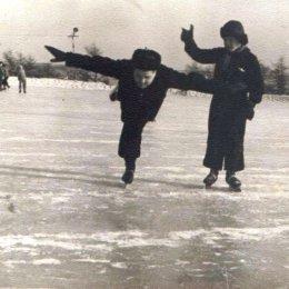Полвека назад каток «Водник» был чрезвычайно популярен среди корсаковцев. Здесь проводились матчи чемпионата Сахалинской области и района по хоккею с мячом, тренировки конькобежцев и фигуристов, а также соревнования по этим видам спорта. Несмотря на отсутствие профессиональных тренеров, местные жители могли исполнять на коньках различные фигуры. На фотографии видно, как один спортсмен выполняет «ласточку», а второй выставляет ему оценку за артистизм.