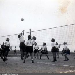 Гимназистки играют в волейбол. Тойохара, 1938 год