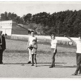 Выполнение нормативов ГТО сотрудниками Корсаковского рыбкоопа. г. Корсаков, стадион «Водник», 1970-е годы.