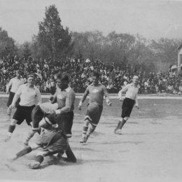 В первой половине 1950-х годов трибуны на матчах чемпионата области были перманентно переполненными...