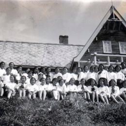 Гимназистки у альпийской хижины на Асахигаока, 1940-й год