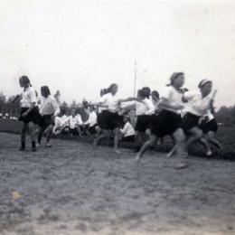 Спортивная встреча гимназисток, 1930-е годы.