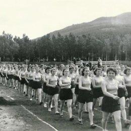 Парад физкультурниц на стадионе в городском парке, 1956 год