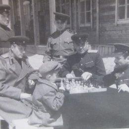Военные играют в шахматы. Поселок Эхаби, начало 1950-х годов