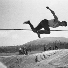 Соревнования по прыжкам в высоту на стадионе в городском парке