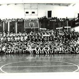 Участники всероссийских соревнований по баскетболу, 1980-е годы. Команда ДЮСШ (Южно-Сахалинск) - в левом нижнем углу