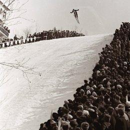 Такому количеству зрителей на соревнованиях по прыжкам на лыжах с трамплина сегодня можно только позавидовать
