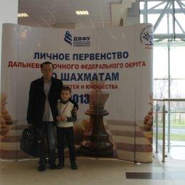 Со своим тренером Вячеславом Дмитриевичем Цой на первенстве ДФО 2013 года