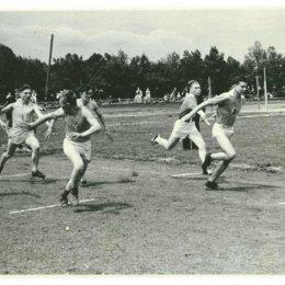 Легкоатлетическая эстафета на стадионе в городском парке, 1957 год