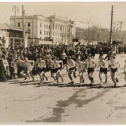 Старт легкоатлетической эстафеты по улицам города, 1957 год
