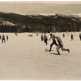 Зимний футбол на стадионе в городском парке, 1956 год