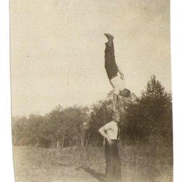 Красноармейцы выполняют гимнастические упражнения. п. Оноры, 1940 год