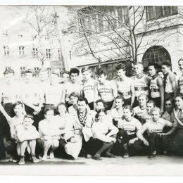 Команда средней школы № 11, участвовавшая в легкоатлетической эстафете по улицам города
