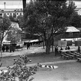 Настольный теннис в одном из дворов Южно-Сахалинска (1960-е годы).