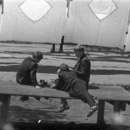 Игра в шахматы на фоне сохнувших простыней (Южно-Сахалинск, 1960-е годы)